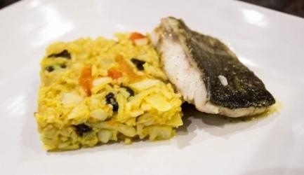 Gestoofde rijst met pinda's, rozijnen en gebakken kabeljauw