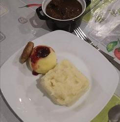 Everzwijnragout met pastinaakpuree, veenbes-appeltjes en rostï