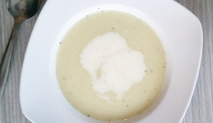 Geurige aardappel-knoflooksoep met ham en room