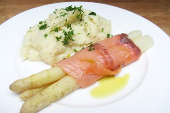 Aspergerolletjes van gerookte zalm met aardappelmousseline