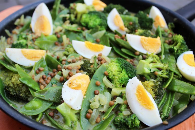 Broccolicurry met linzen en eitjes
