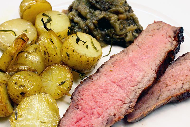 Côte à l'os met geconfijte aubergine op de barbecue (Jeroen Meus)