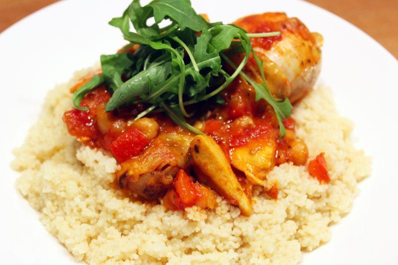 Couscous met kip in een kruidige tomatensaus
