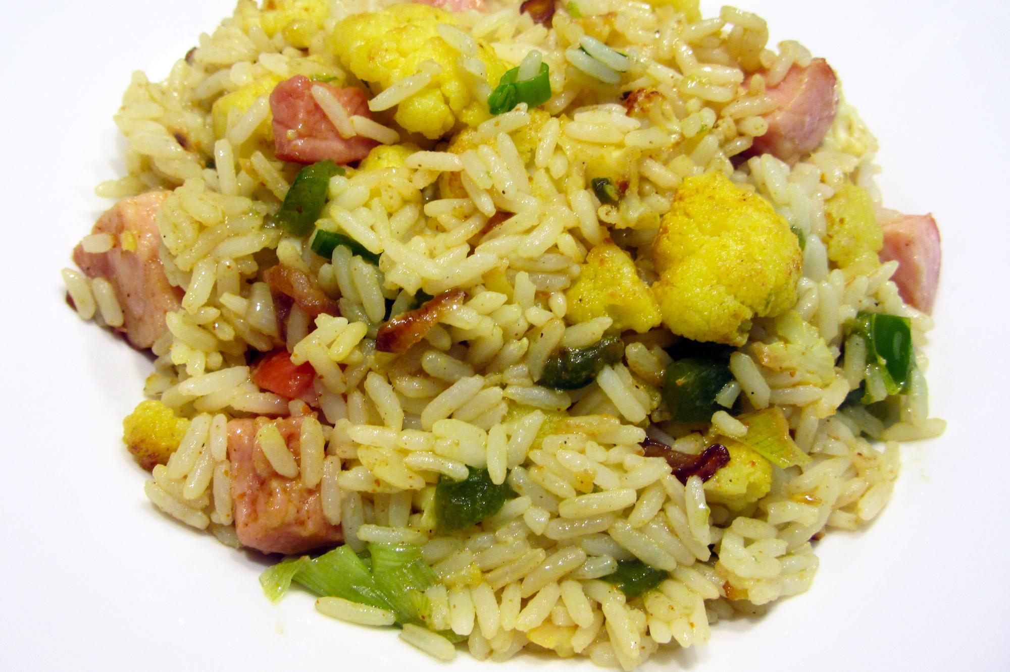 Currybloemkool met rijst en varkensblokjes
