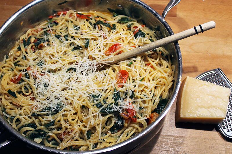 Eén-pan-pasta met kerstomaat en spinazie