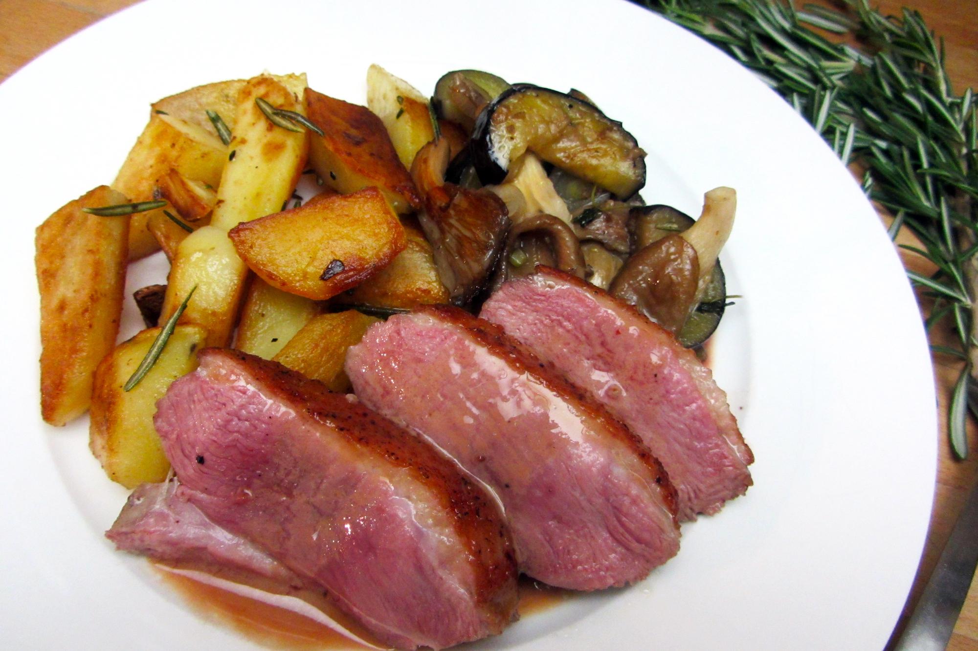 Eendenborst met portosaus, gebakken aardappel en gesauteerde aubergine met oesterzwam