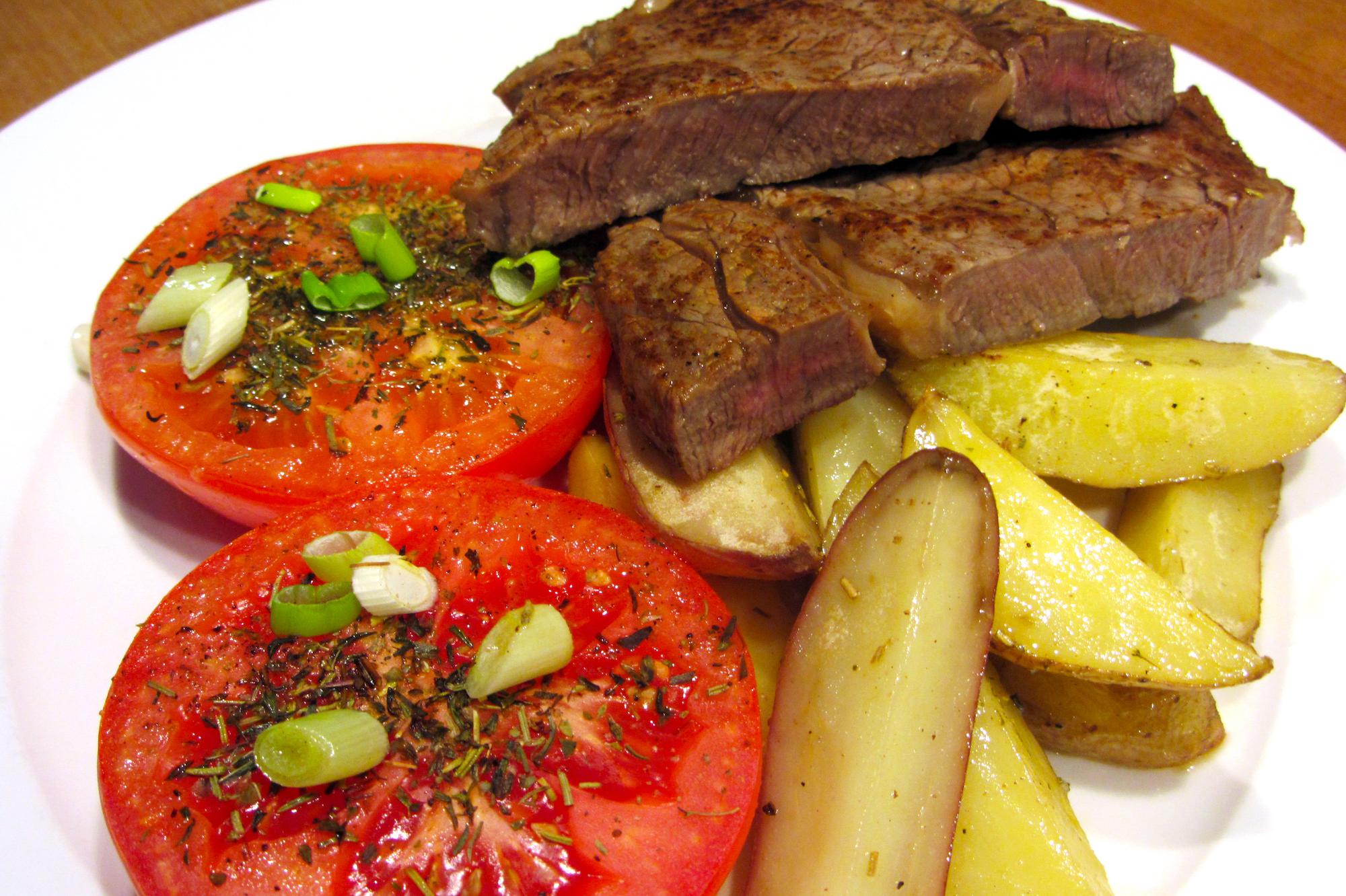 Entrecôte met ovengebakken tomaten en aardappelen