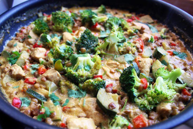 Exotisch linzenstoofpotje met kalkoen en broccoli