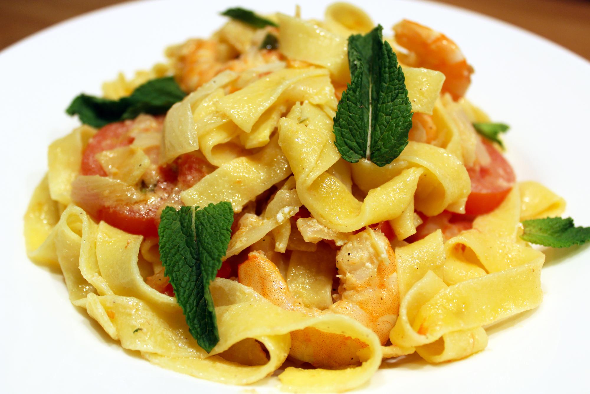 Fettucinne met garnalen in een tomaat-venkelsaus en ricotta