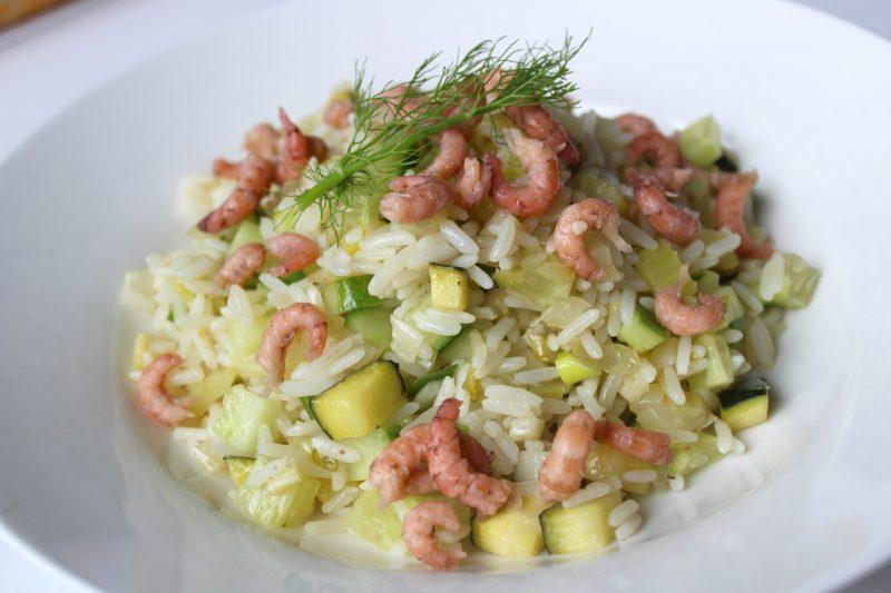 Frisse rijstschotel met groene groentjes en grijze garnalen