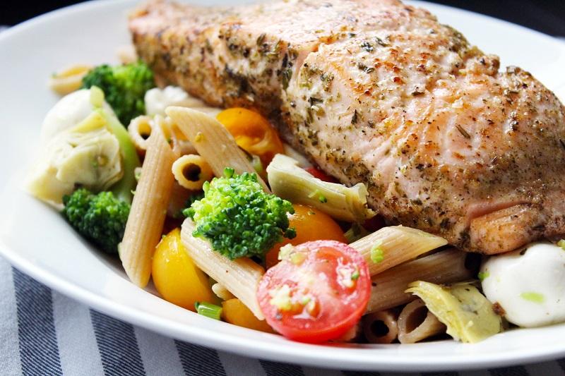 Gebakken zalm en pasta met broccoli en artisjok (Colruyt)