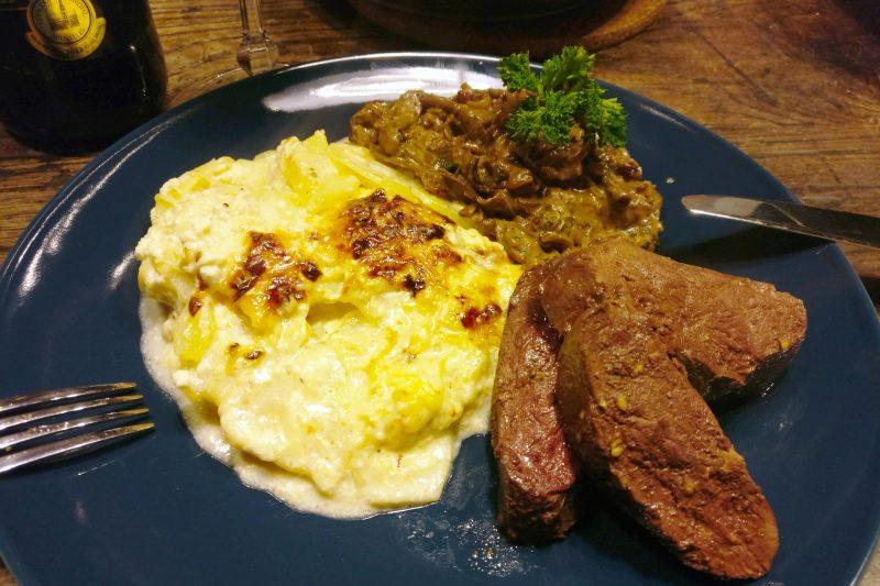 Gebraden gans met aardappelgratin en eekhoorntjesbrood