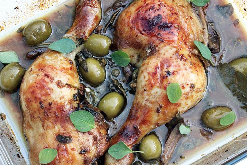 Gebraden kip met dadels, olijven en kappertjes (Ottolenghi)