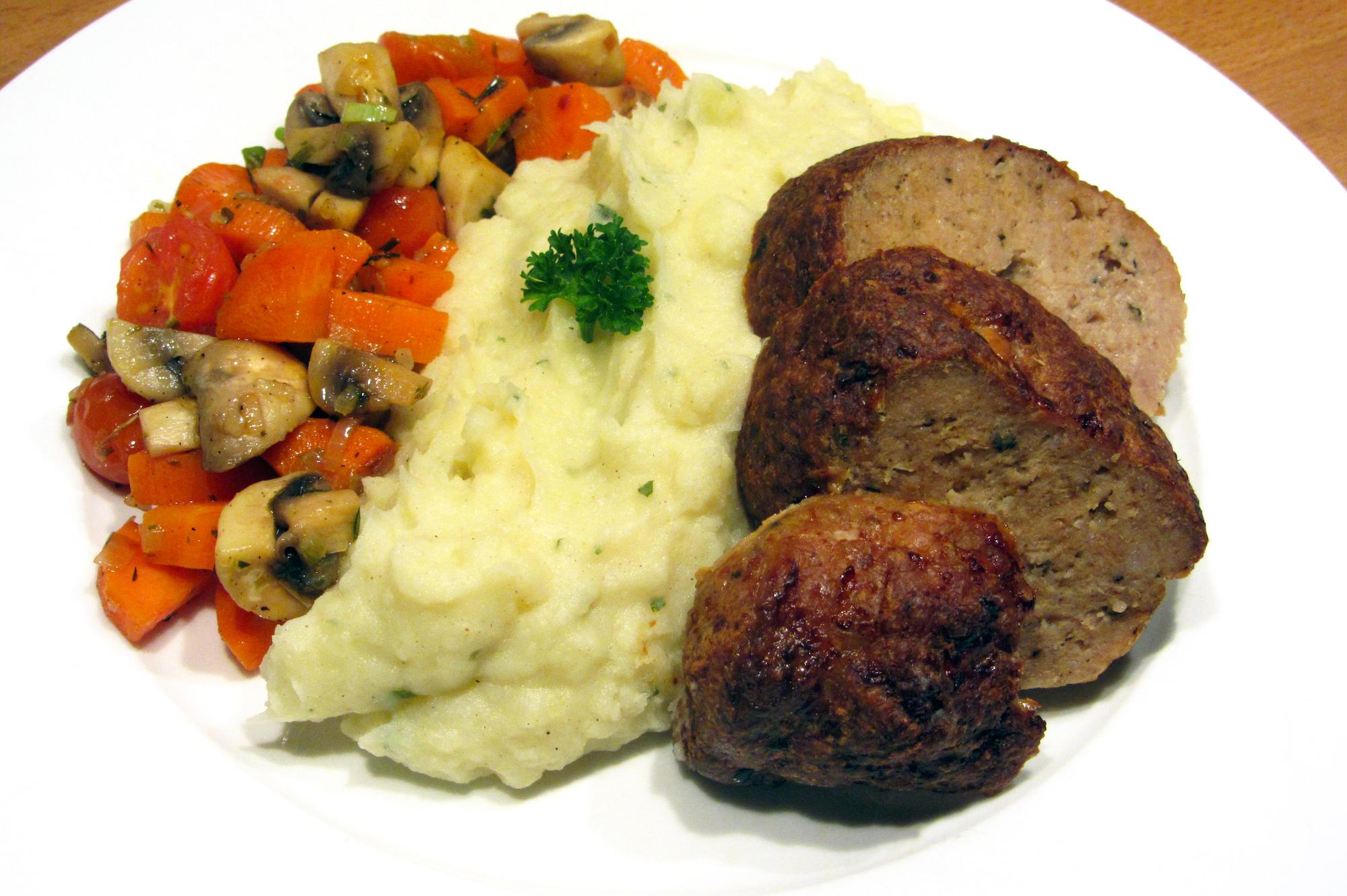 Gehaktbroodje met salie, peterseliepuree en groentepannetje