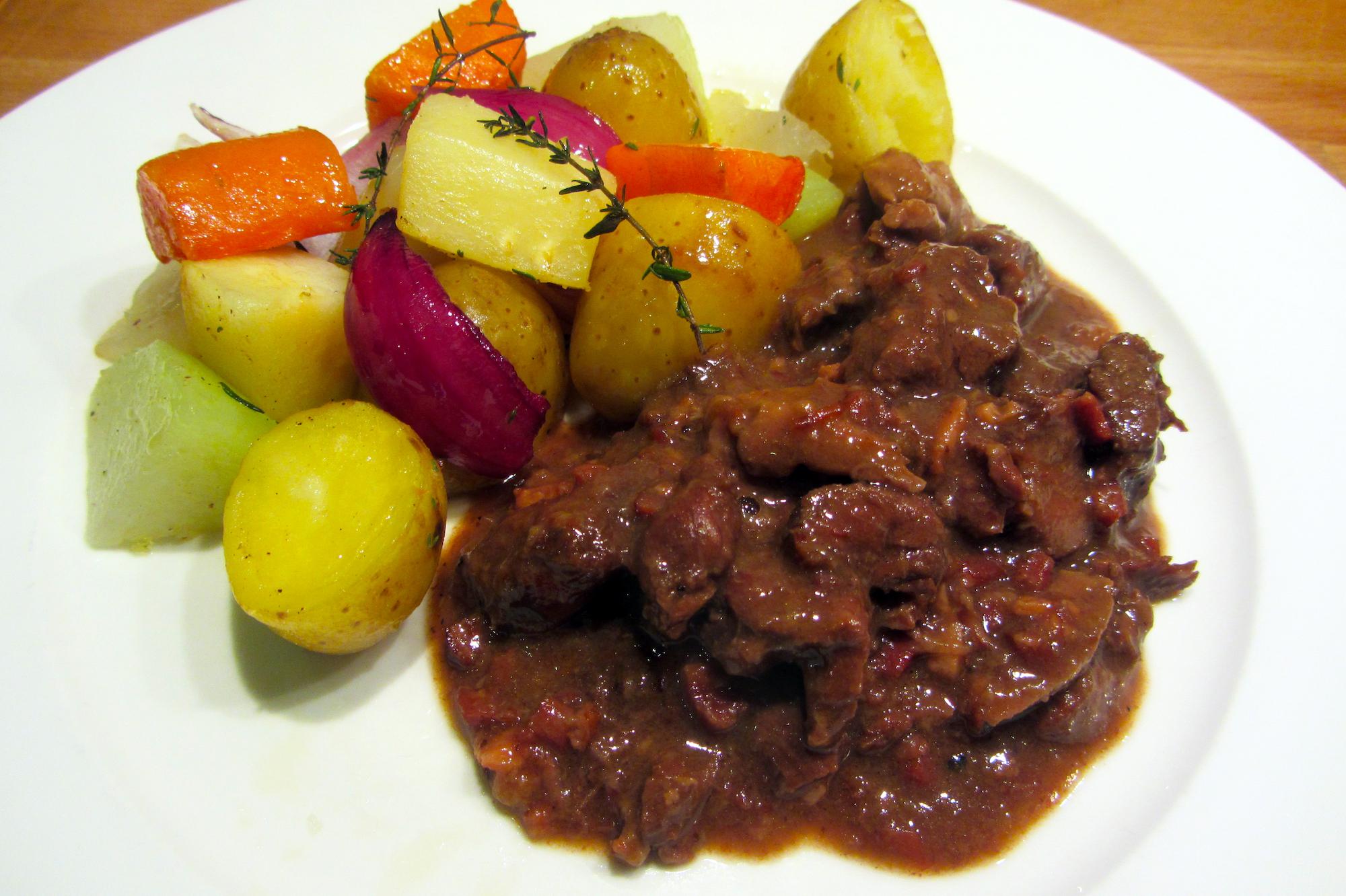 Gemengd wildstoofvlees met ovengebakken wintergroenten