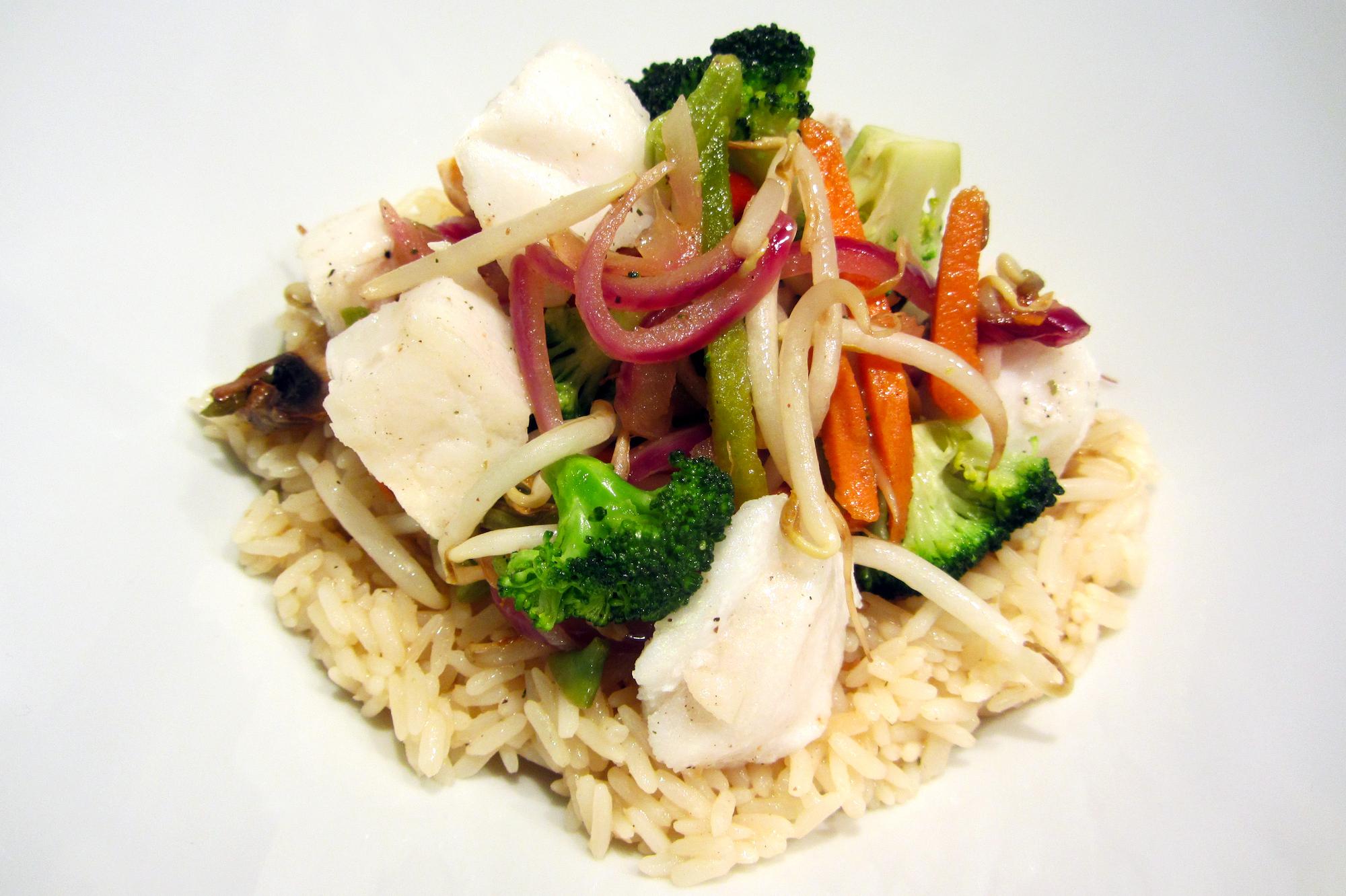 Geparfumeerde rijst met blokjes kabeljauw en wokgroentjes