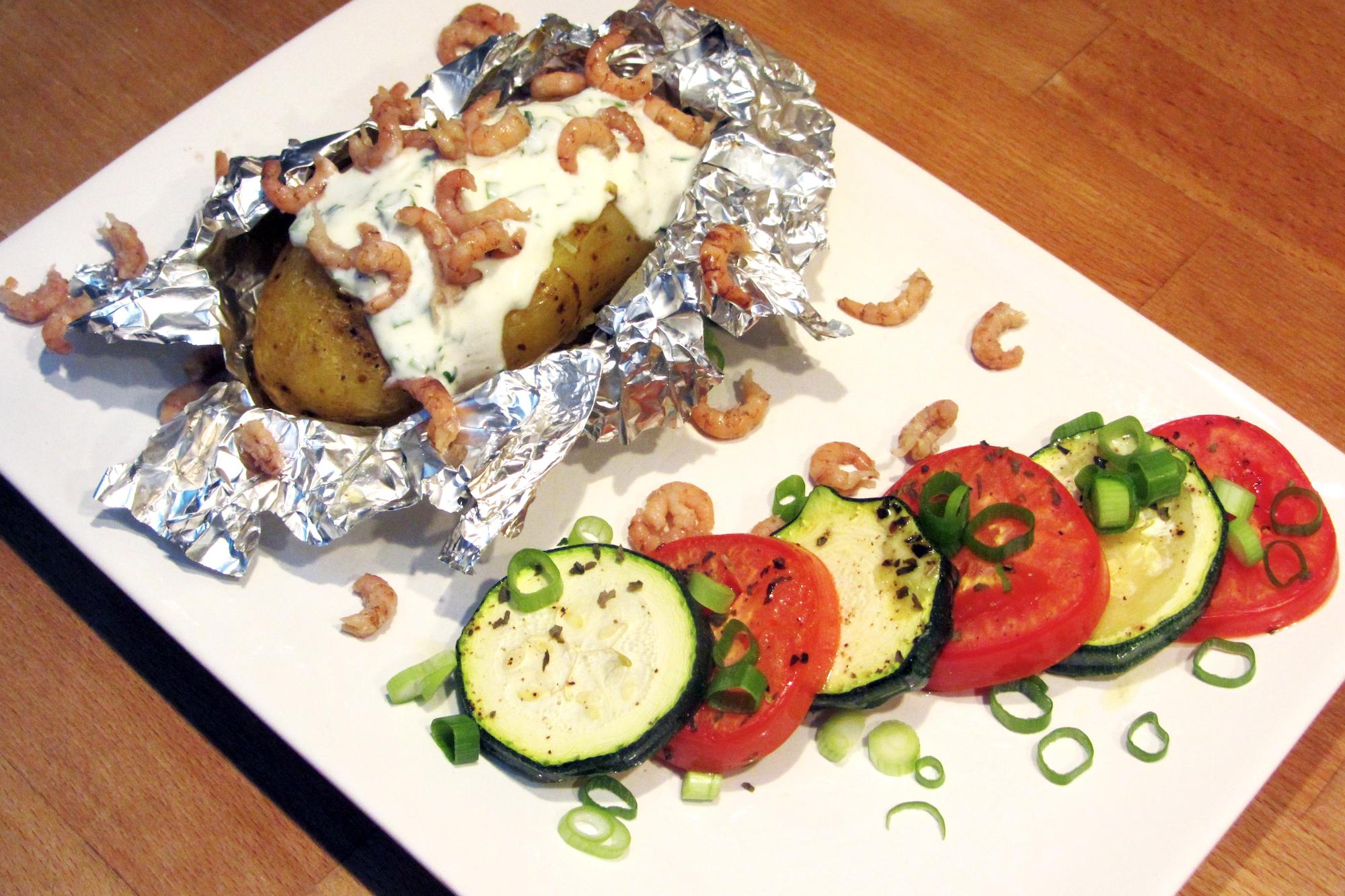 Gepofte aardappel met zure room, grijze garnaaltjes en gegrilde groenten