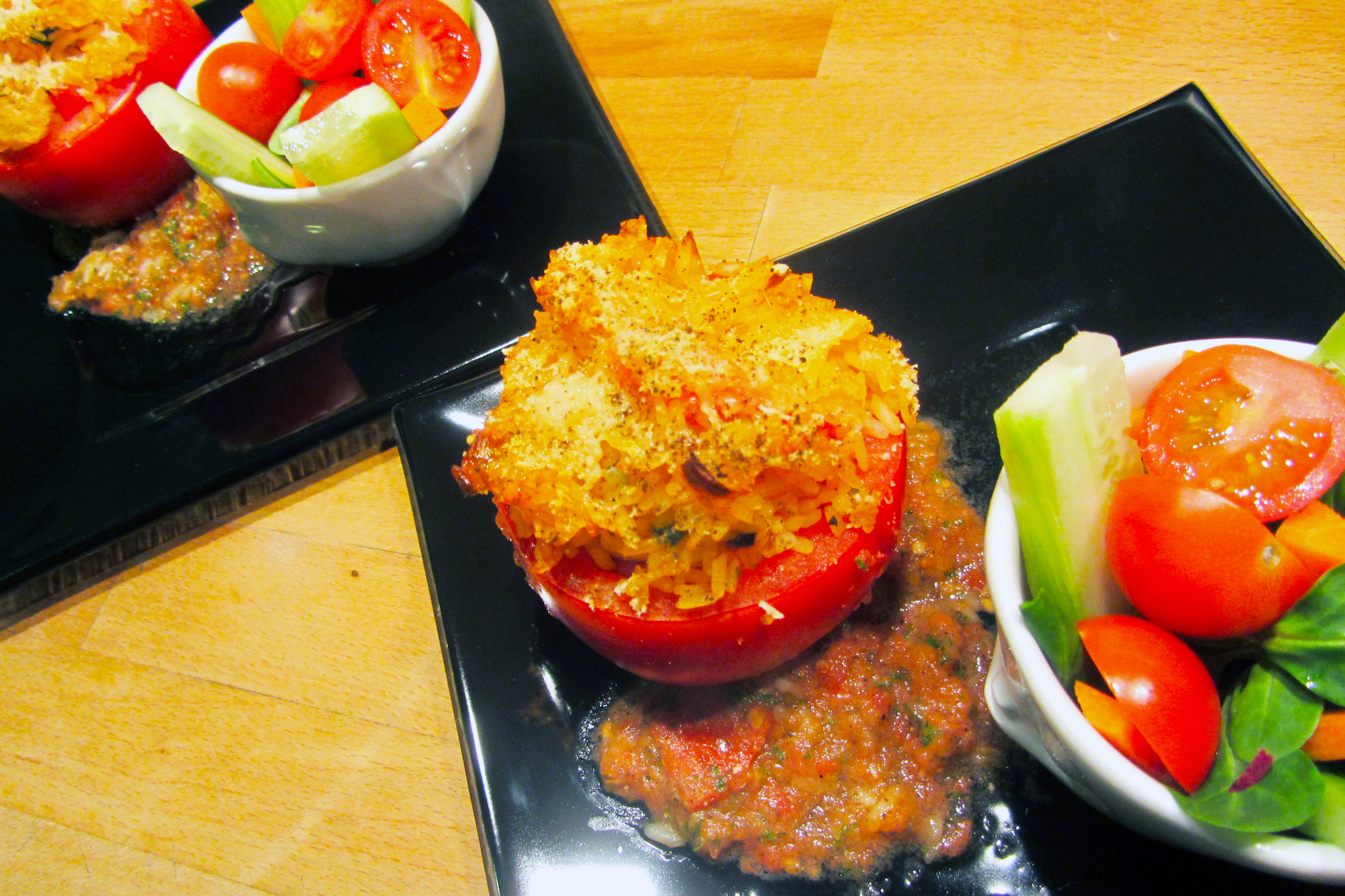 Gevulde tomaten met rijst en salsa