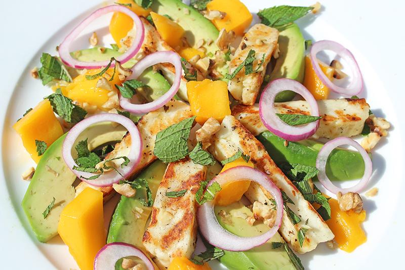 Halloumi-salade met mango en avocado