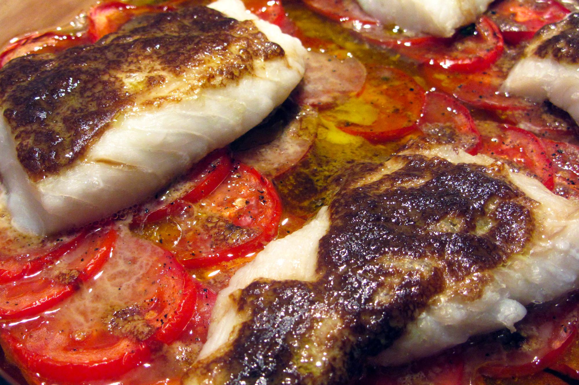 Kabeljauwhaasjes op een tomatenbedje met mosterd-sojasaus (Pascale Naessens)