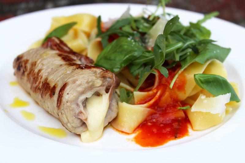 Kalfslapje met pasta en tomatensaus (Jeroen Meus)