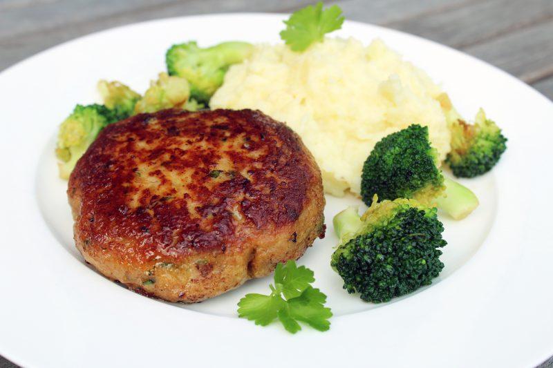 Kippenburgers met parmezaanpuree en broccolini (Jeroen Meus)
