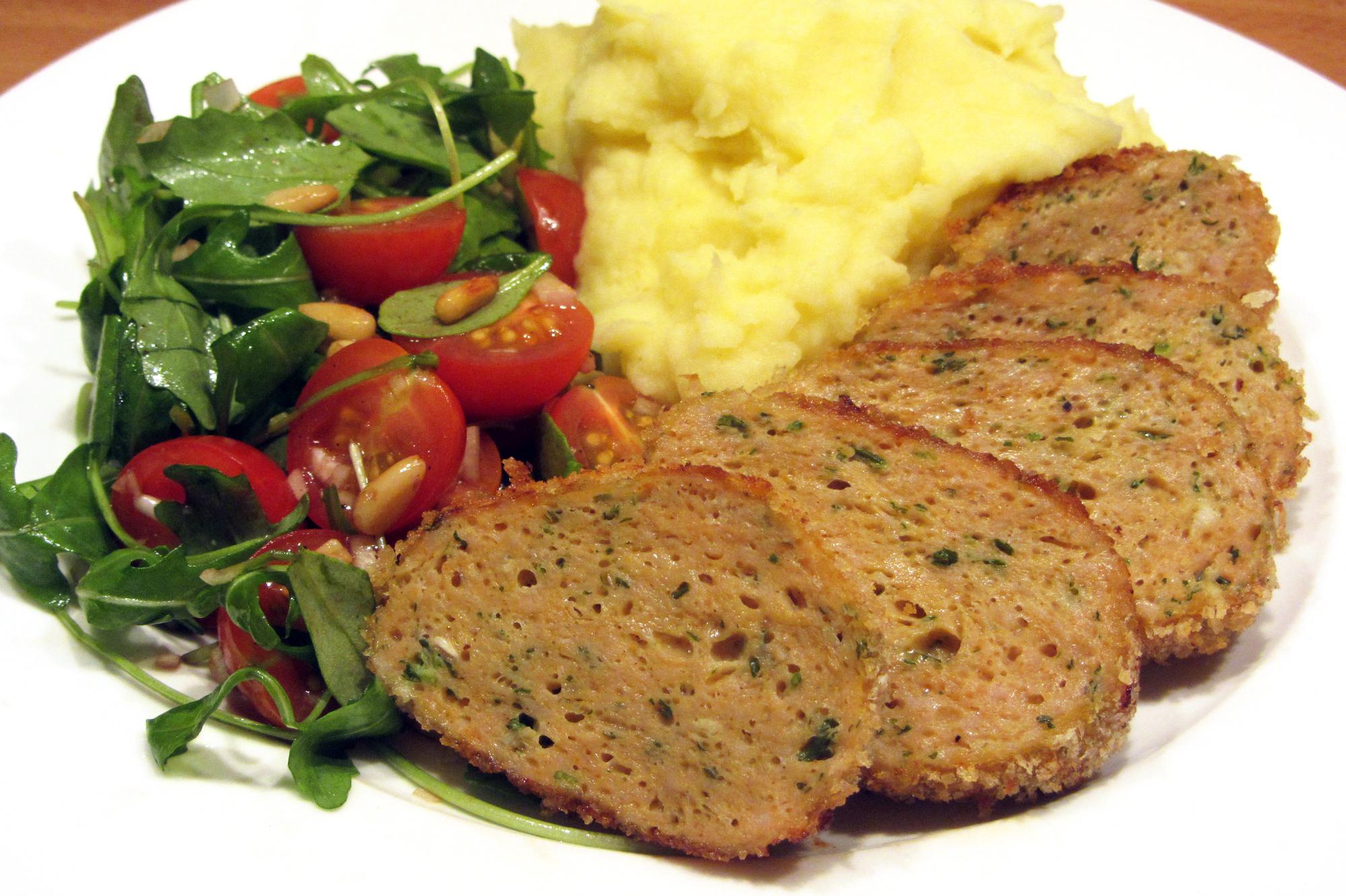 Kippengehaktbroodje met tomatensalade en puree (Jeroen Meus)