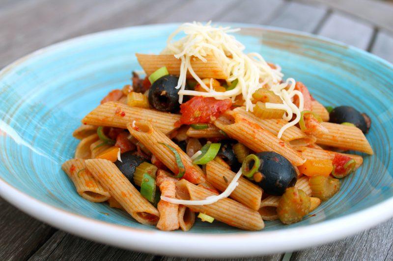 Kleurrijke pasta met paprika-tapenade