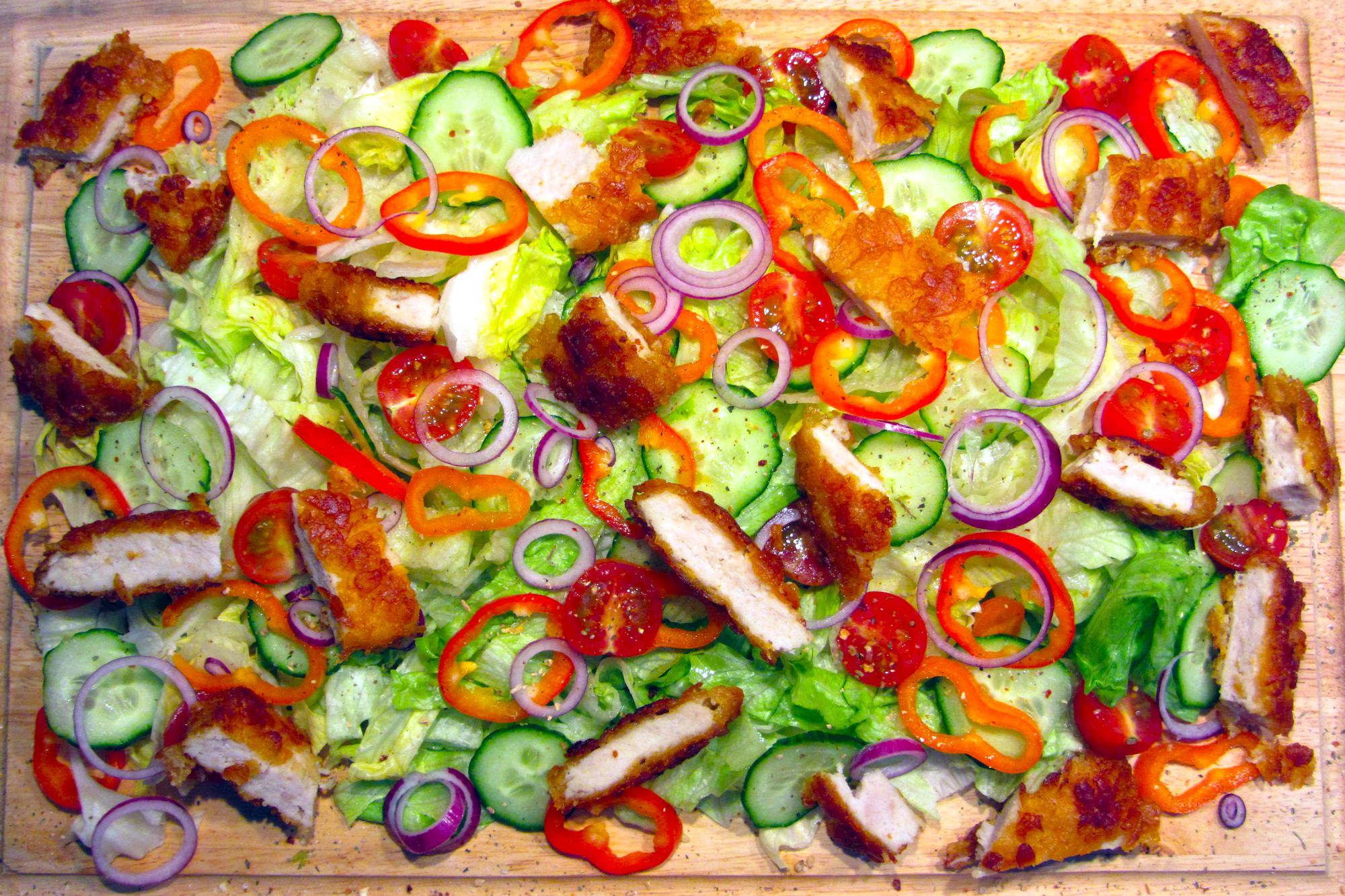 Knapperige salade met krokante kipfilet