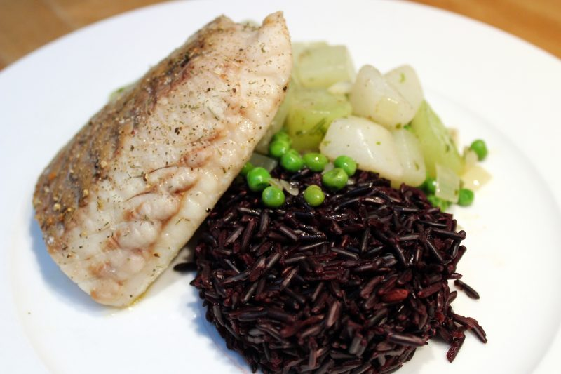 Koolvisfilet met zwarte rijst en koolrabi