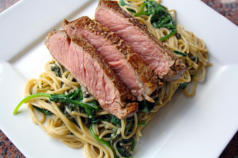 Kort gebakken entrecôte met spaghetti en spinazie (Jeroen Meus)