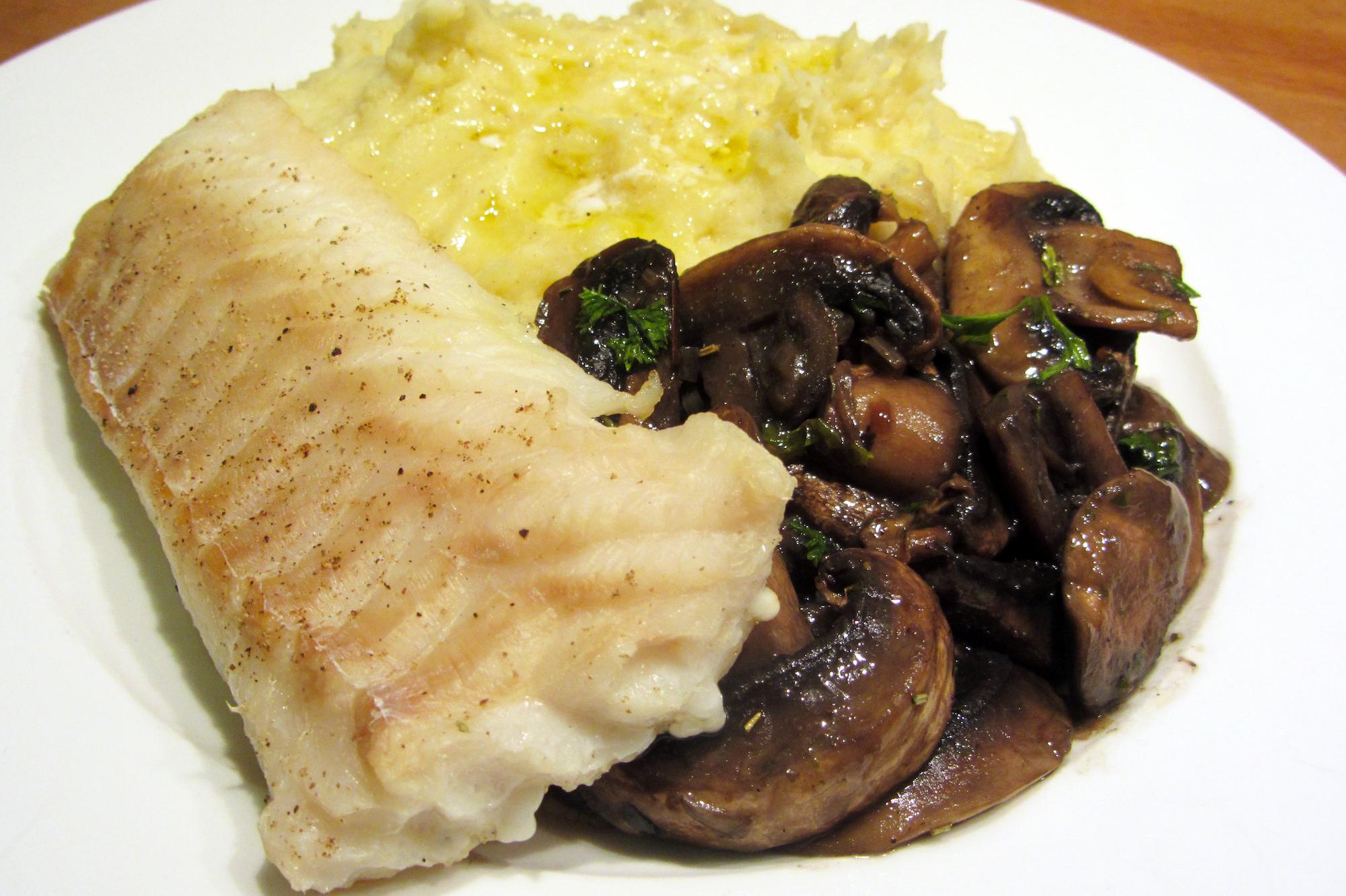 Leng met puree en champignons in kruidenboter