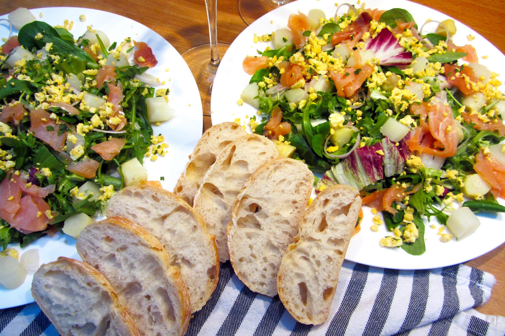 Lauwe salade met gerookte zalm en asperges