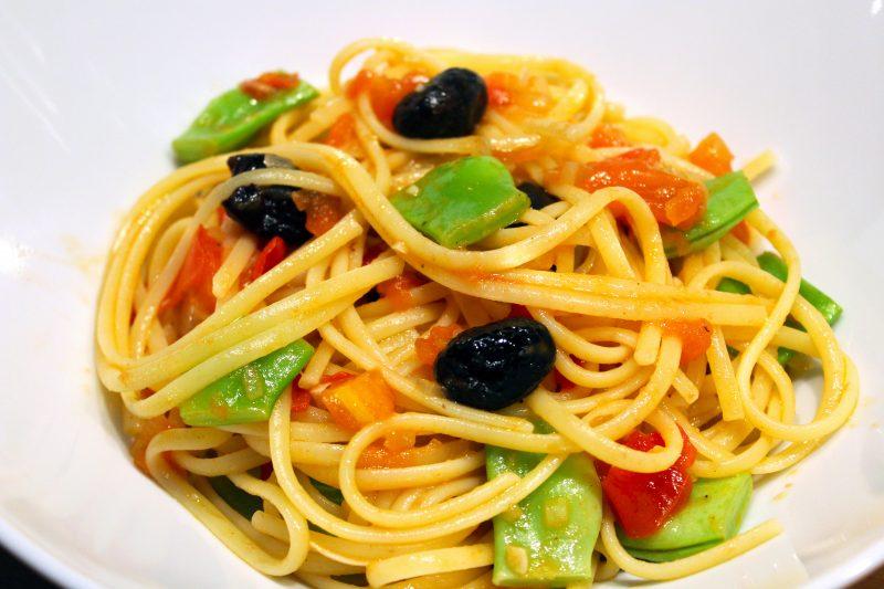 Linguine met snijbonen en zwarte olijven in een fijn tomatensausje