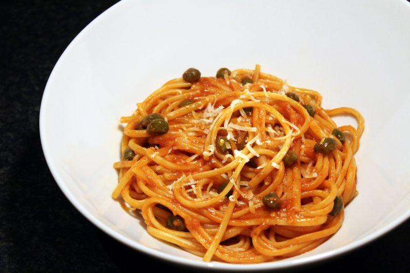 Linguine met tomatensaus en kappertjes (Jamie Oliver)