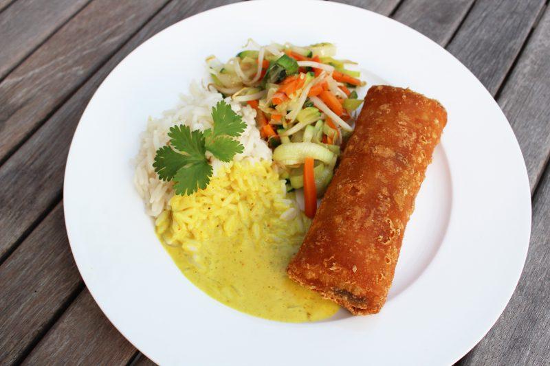 Loempia met currysaus en wokgroentjes