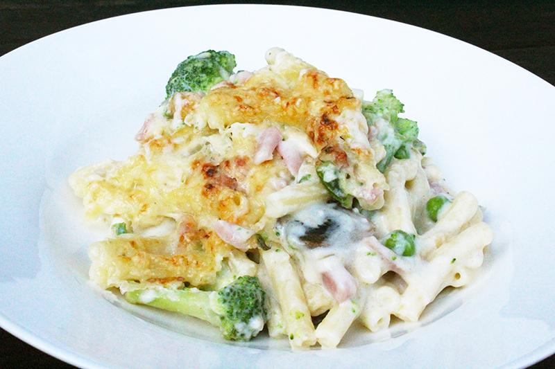 Macaroni met kaassaus, hesp en groene groenten