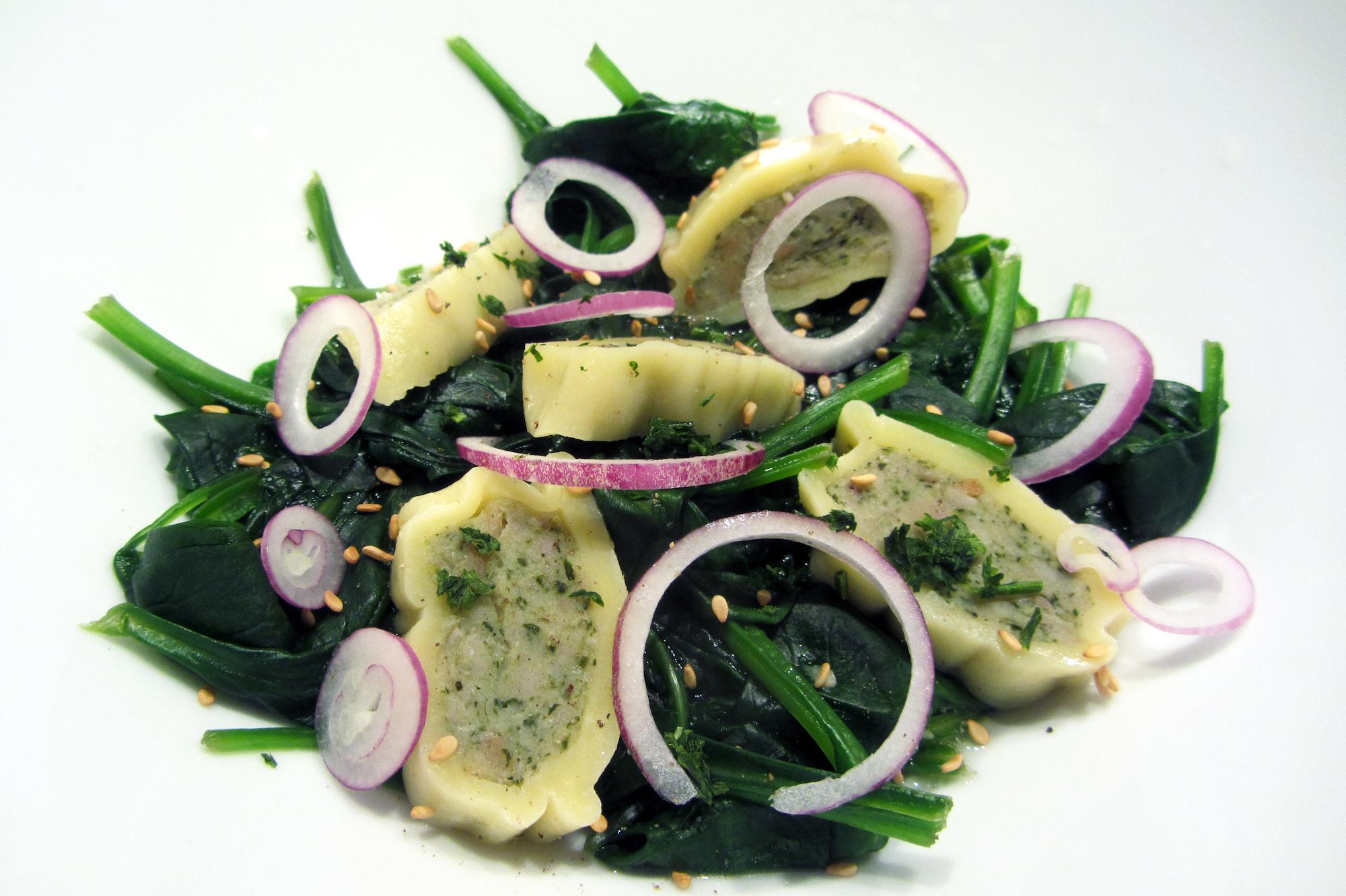 Maultaschen op een bedje van gestoomde spinazie