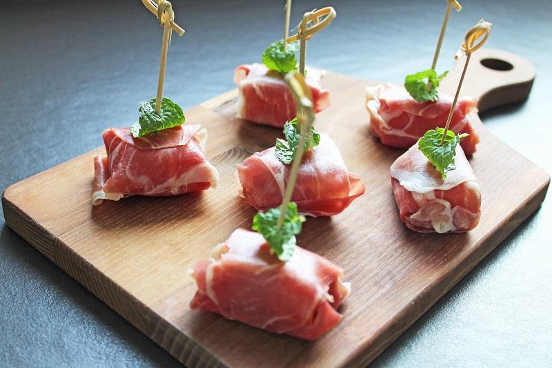 Meloenhapjes van rauwe ham