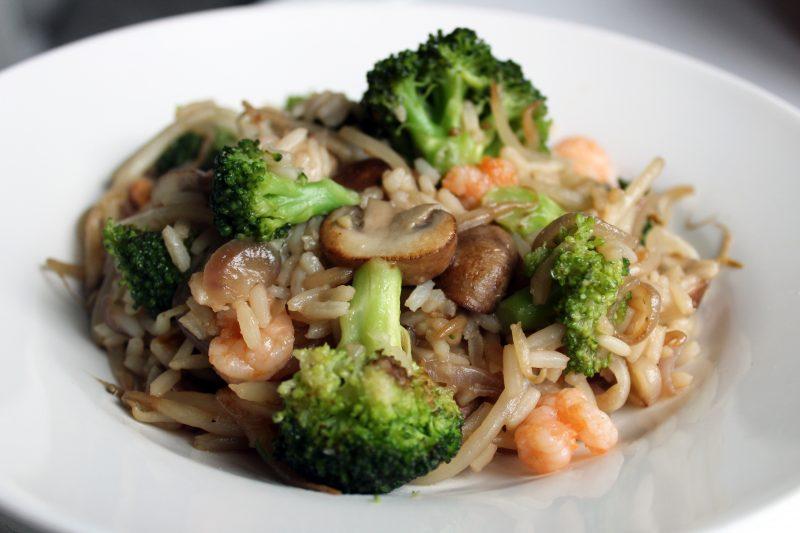 Nasi goreng met broccoli en roze garnaaltjes