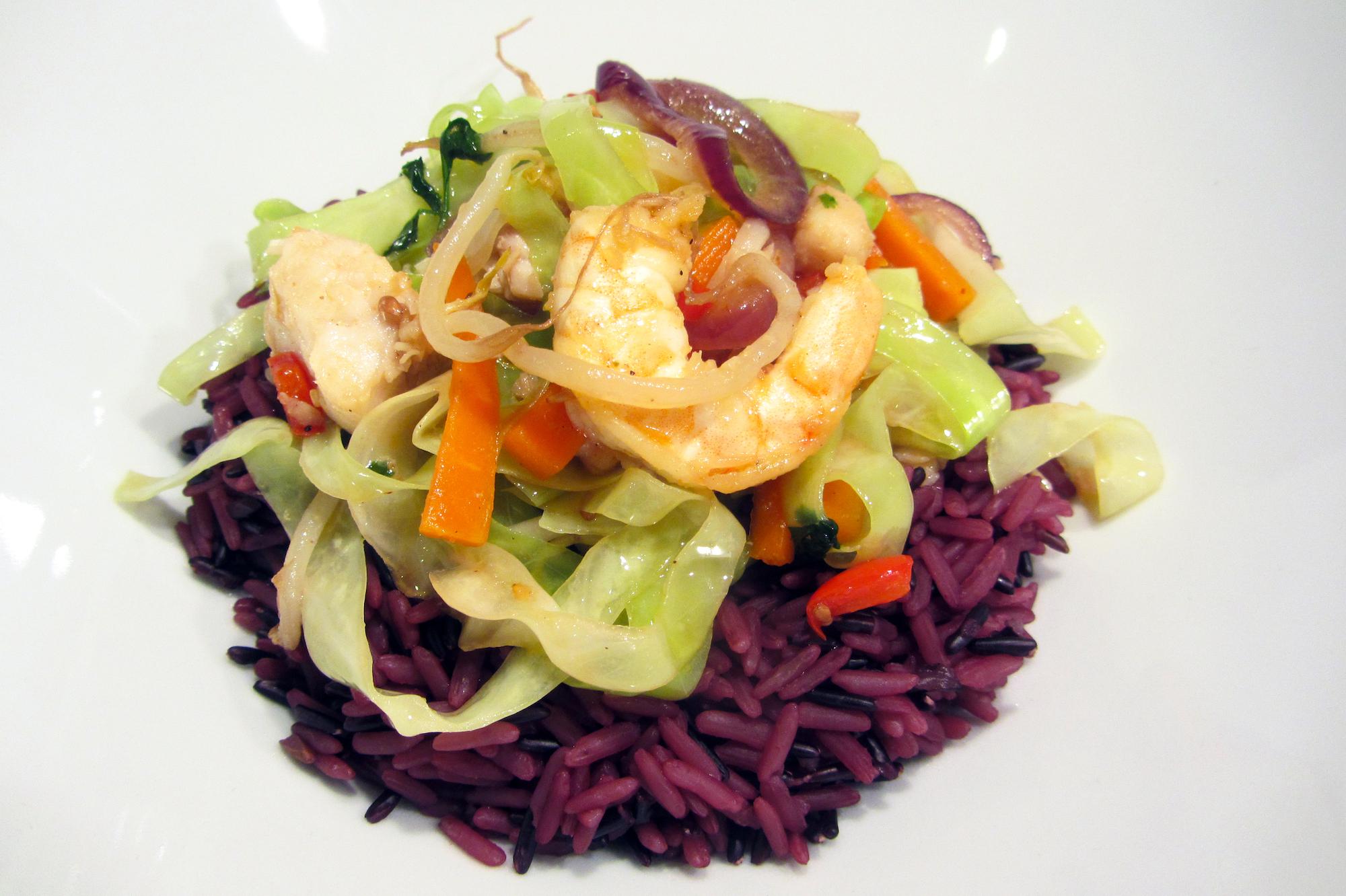 Oosterse viswok met gemengde rijst