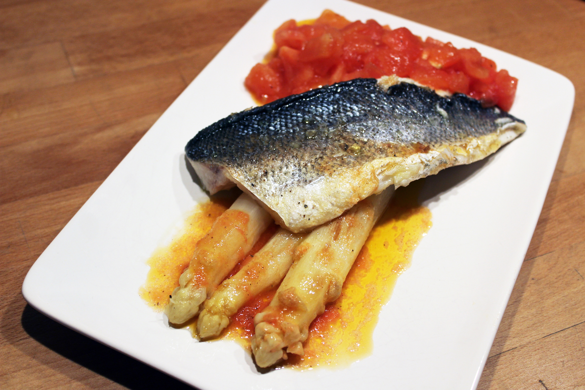 Op vel gebakken zeebaars met asperges en tomaat (Pascale Naessens)