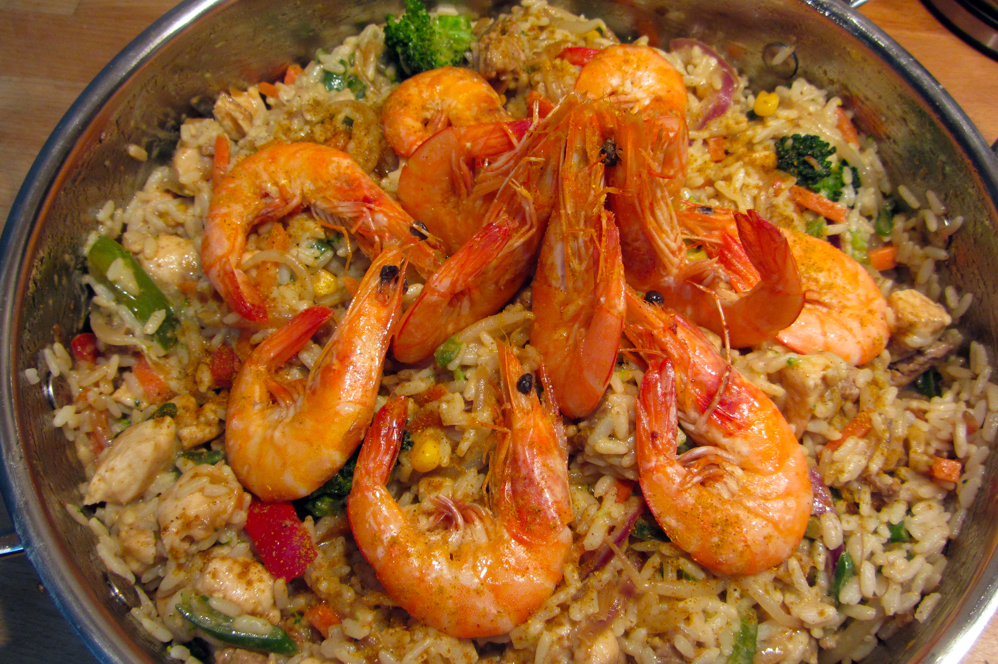 Oriëntaalse wok met trio van vlees en vis