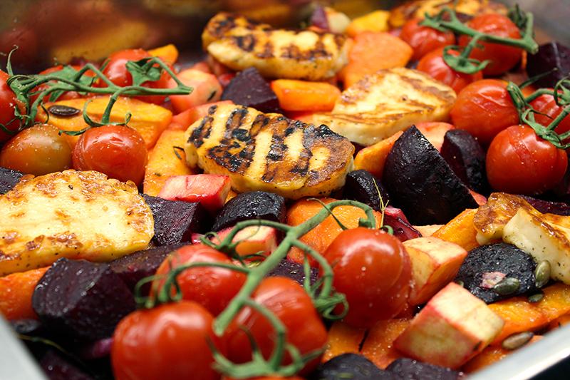 Ovenschotel met butternut, rode biet en gekarameliseerde halloumi (Sandra Bekkari)