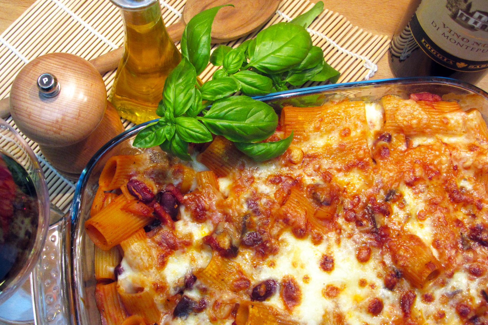 Gegratineerde pasta met spekjes in tomatensaus