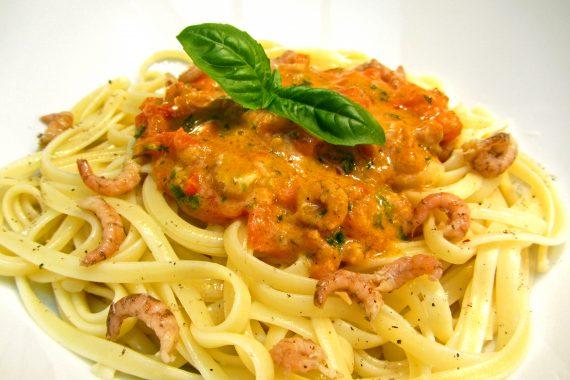 Pasta met zachte tomatensaus en grijze garnalen