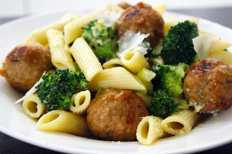 Penne met gegrilde gehaktballetjes en broccoli (Jeroen Meus)