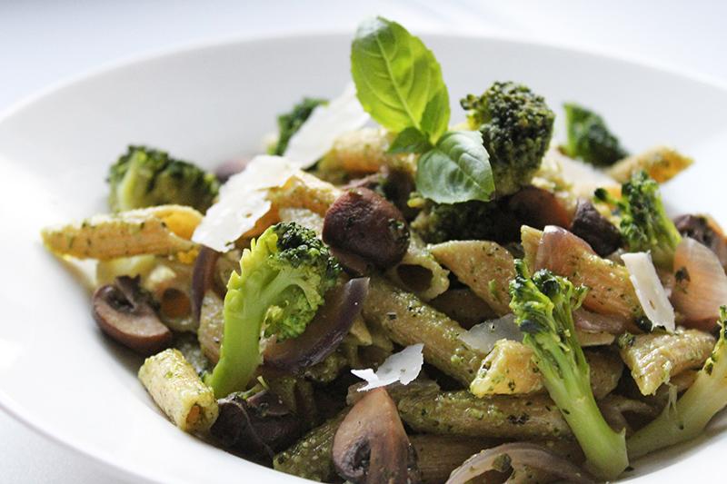 Penne pesto met broccoli en kastanjechampignons (Sandra Bekkari)