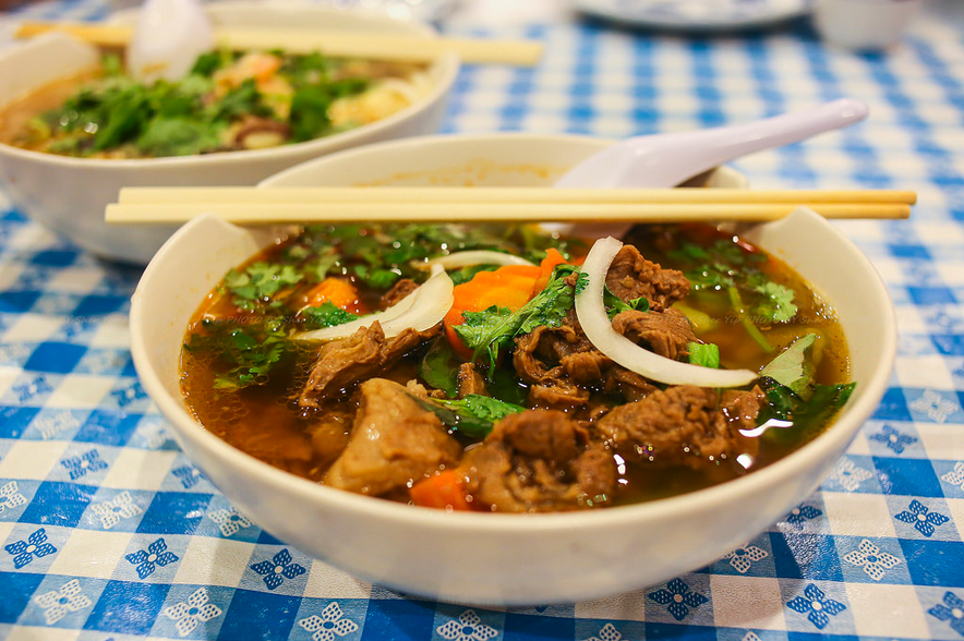 Pikante Chinese noedelsoep met rundsvlees