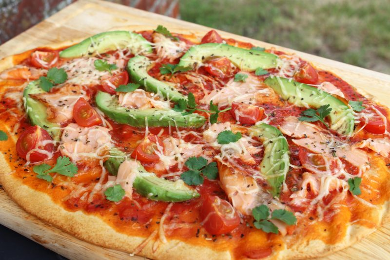Pizza met avocado en zalm